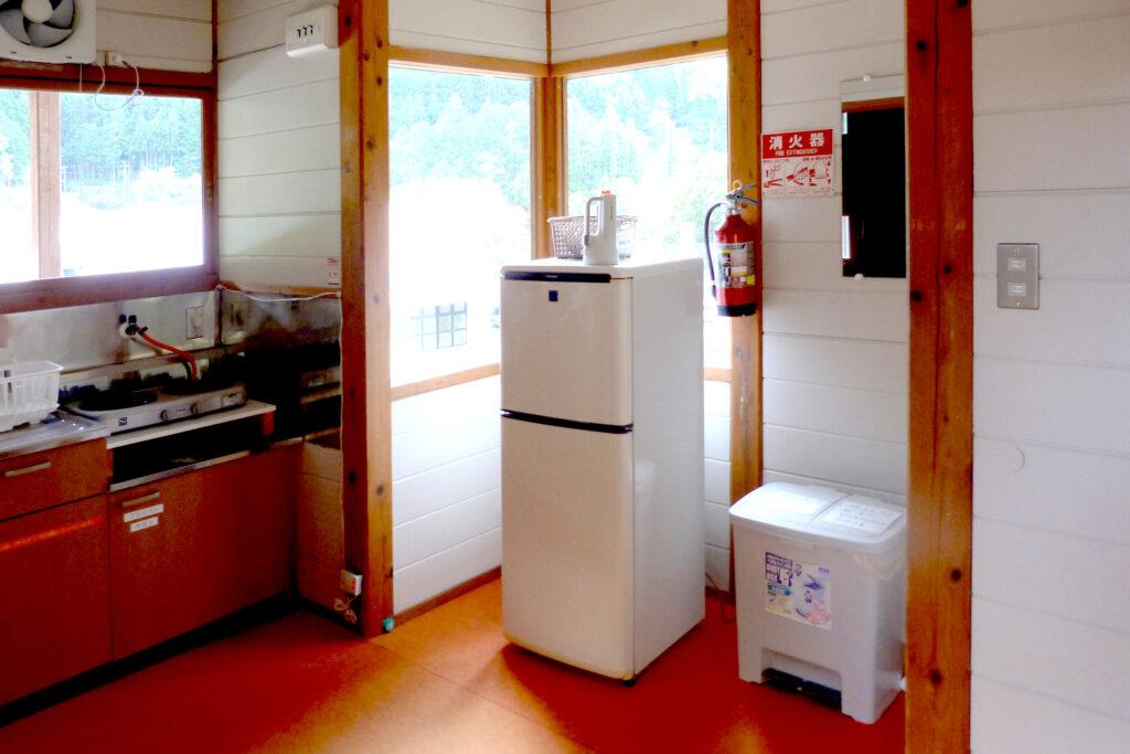 コテージにはキッチンと冷蔵庫を完備