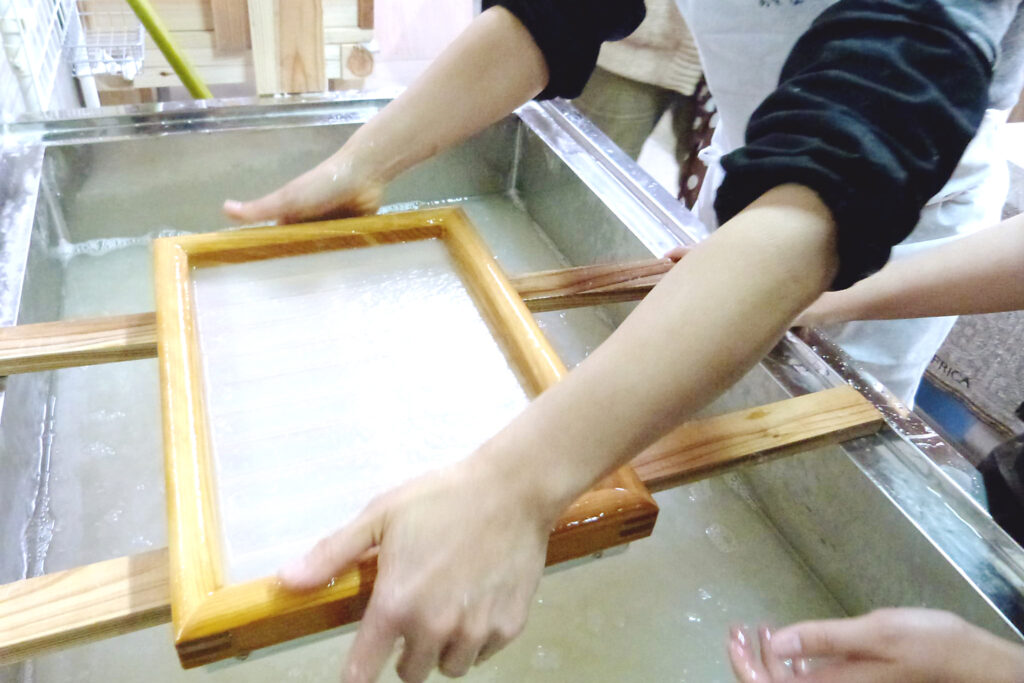 熊野和紙体験工房 おとなし」では 伝統和紙「音無紙」を作る紙漉きづくりを体験ができます。